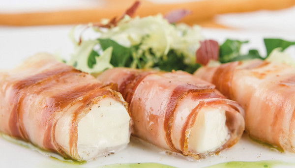 Roulades of Speck ham and mozzarella with salad